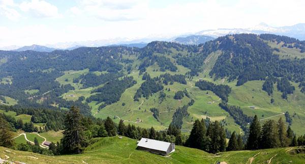 Dunstverhangener Blick nach Süden in die Allgäuer Alpen. Rechts der Ifen, schräg rechts dahinter der Widderstein