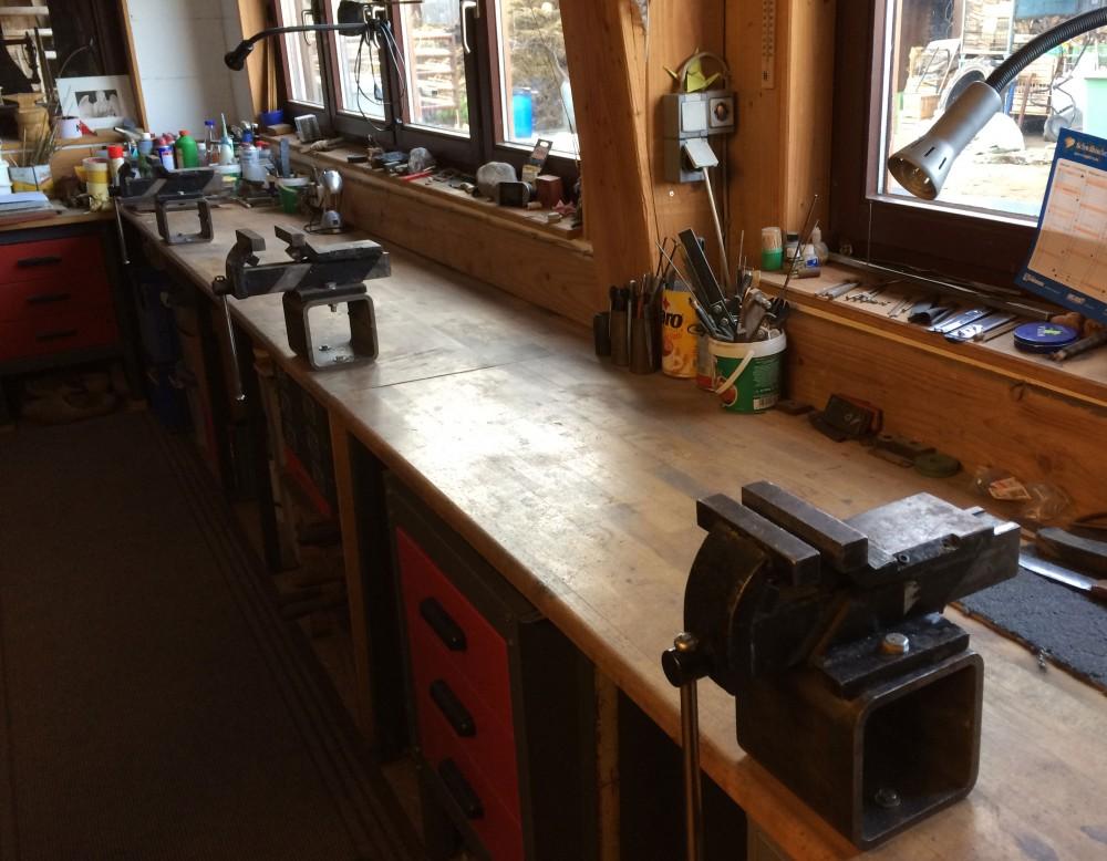 Werkstatt mit Schraubstöcken